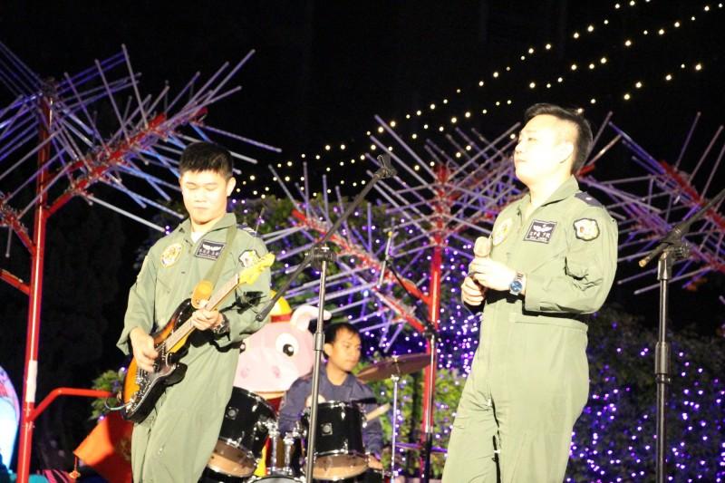 朱冠甍(左)的虎團在台東市公所晚會中表演。(記者黃明堂翻攝)