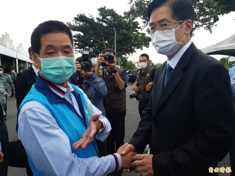 台東市長張國洲(左)今天悼祭朱冠甍,並與國防部長嚴德發致意。(記者黃明堂攝)