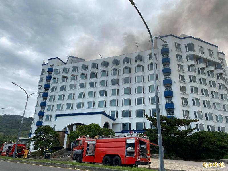 屏東車城遭法拍的泊逸飯店冒煙,消防單位馳援中。(記者蔡宗憲攝)