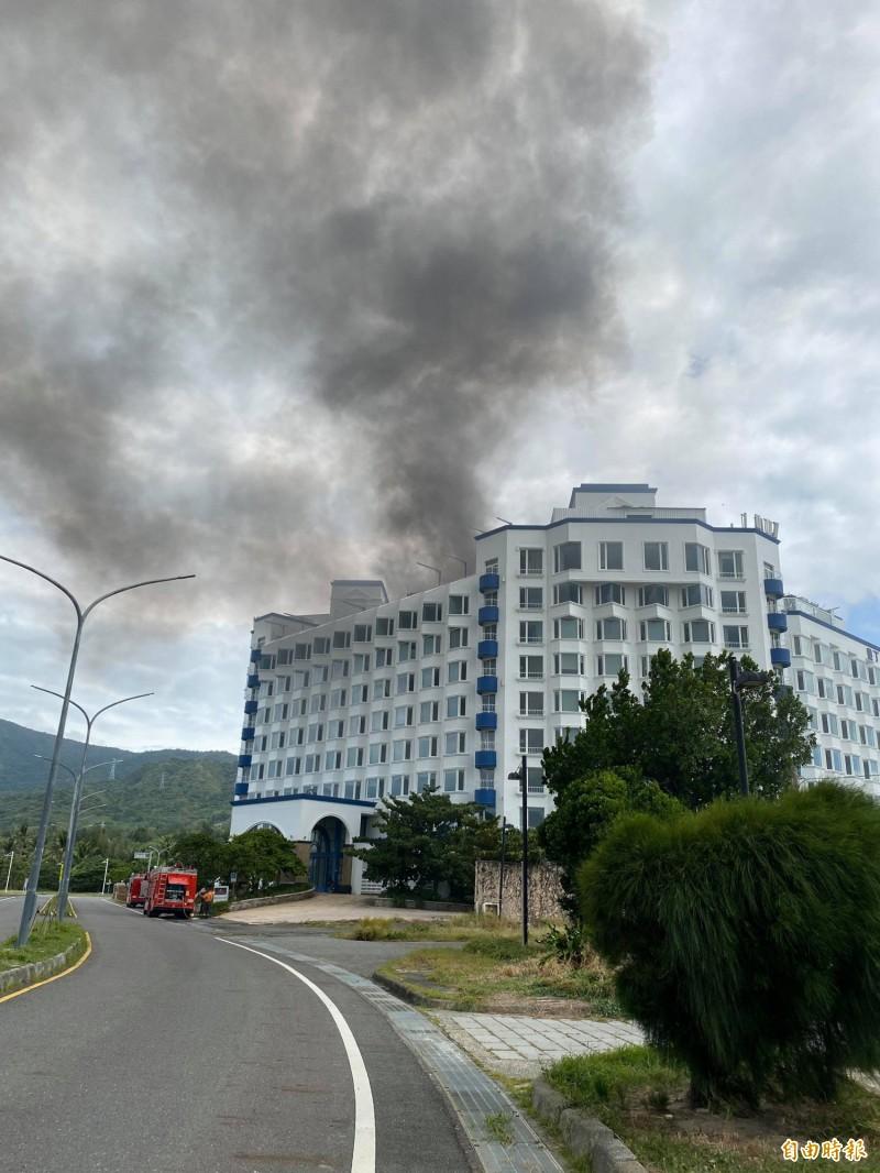 屏東車城遭法拍飯店冒煙,消防單位馳援中。(記者蔡宗憲攝)