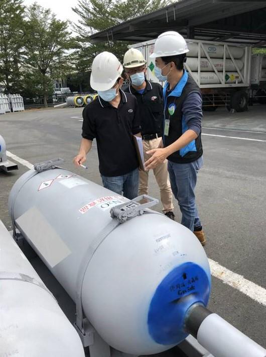 環保署臨場輔導業者(工業用1噸鋼瓶)。(環保署提供)