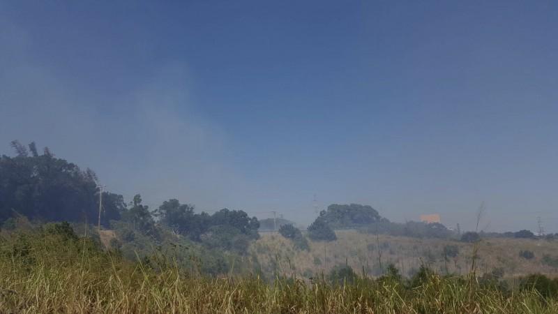 中市裝甲部隊旁的大肚山雜草突起火,陣陣濃煙竄出。(民眾提供)