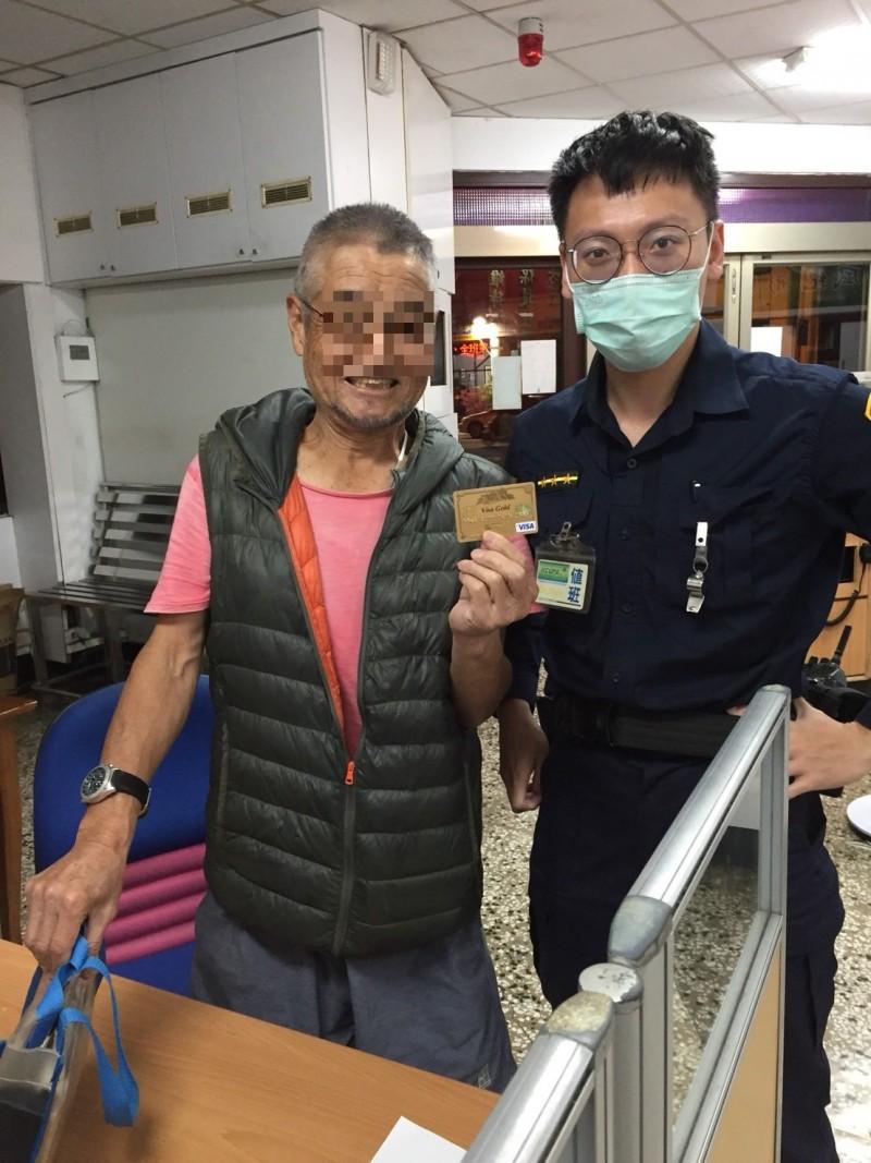 松下(左)大讚警員謝嘉哲「一級棒」。(記者黃旭磊翻攝)