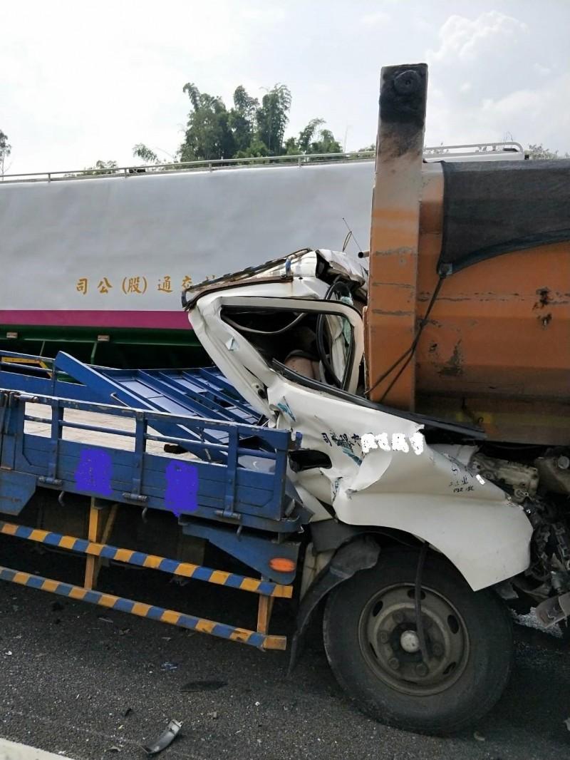 詹男駕駛的大貨車撞擊前方砂石車,車頭嚴重壓扁,導致大貨車上詹姓父子當場死亡。(記者許麗娟翻攝)