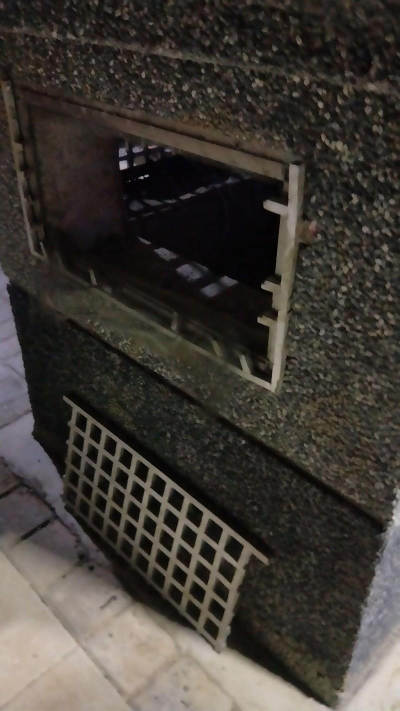 兩名竊賊先破壞通風孔的鋁窗。(民眾提供)