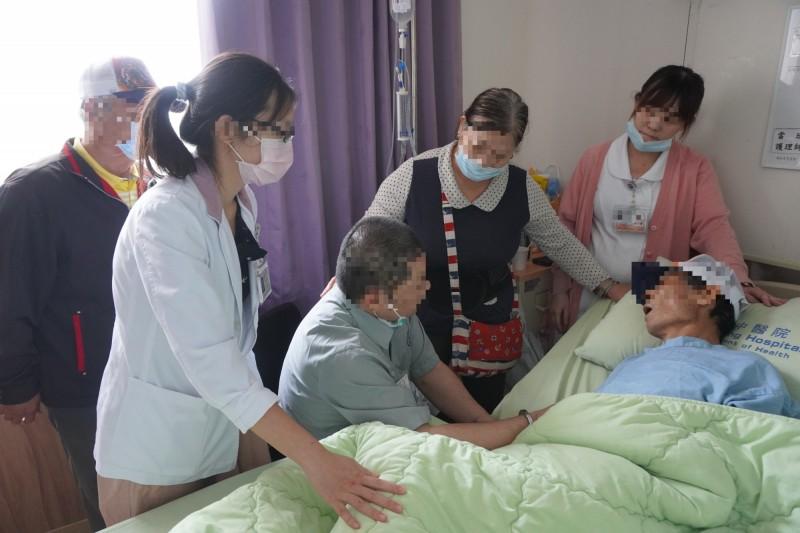 方姓收容人前往醫院探視癌末父親。(台北看守所提供)