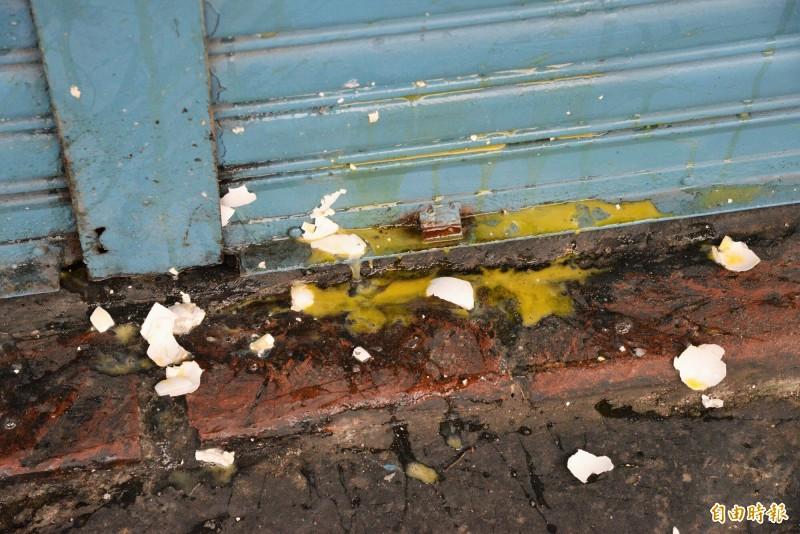 兇嫌梁男家的鐵門外被丟雞蛋。(記者許麗娟攝)