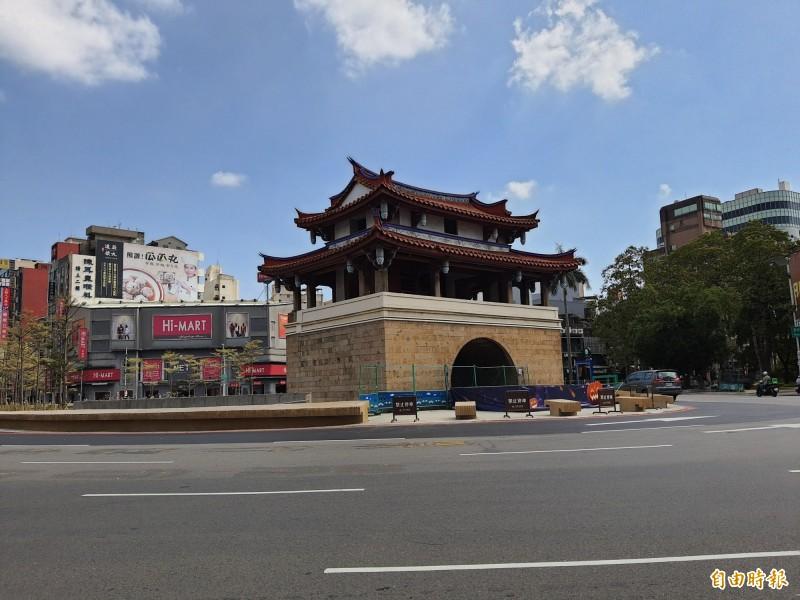 新竹市議會時力黨團質疑東門城圓環景觀工程開放又封閉,且經過兩次發包,完成的結果也未擴大行人步行空間,有浪費公帑之嫌。(記者洪美秀攝)