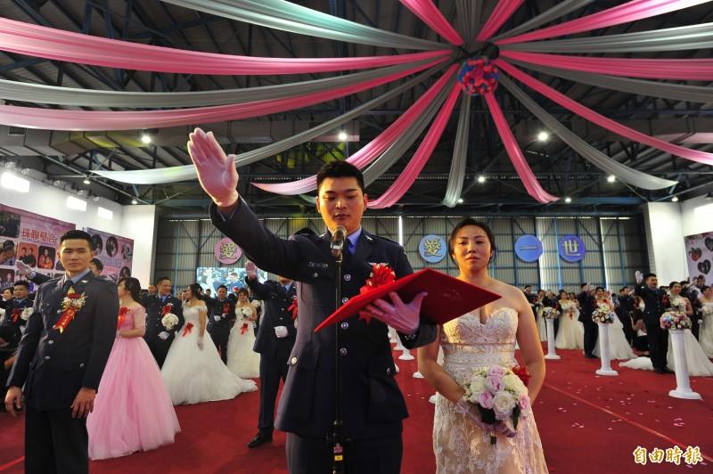 空軍基地聯合婚禮,代表新人都是上尉飛官,新郎黃泓瑜(左)與新娘郭馨儀(右)都駕駛F-5戰鬥機。(記者王捷攝)