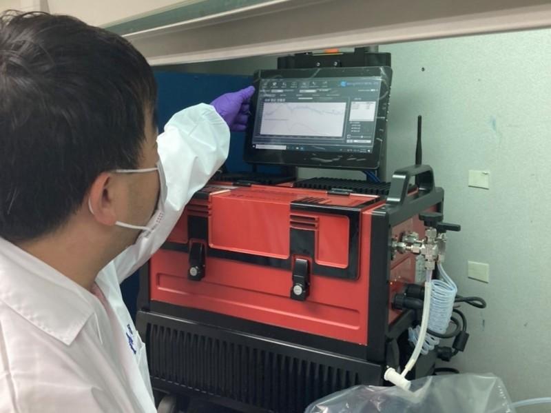 環檢中心一天內即可驗出送檢樣品是否具笑氣成分。(台北市環保局提供)