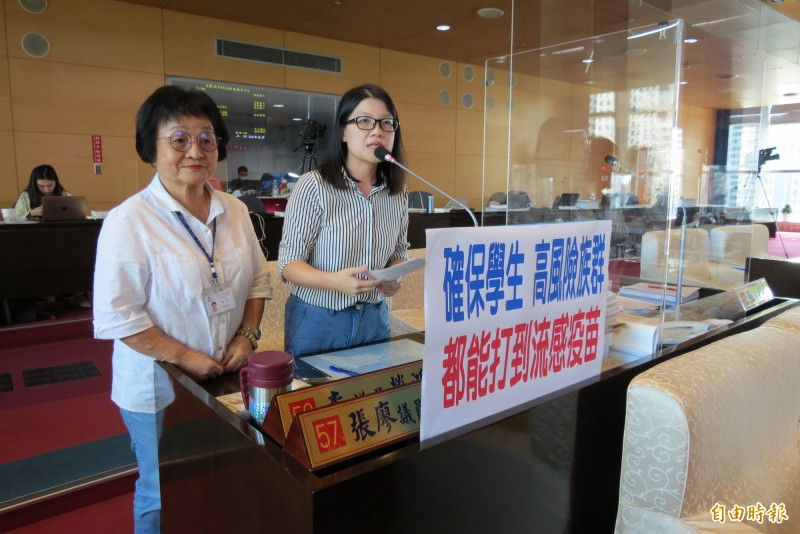 台中市議員張廖乃綸及張瀞分呼籲要讓學生打得到流感疫苗。(記者蘇金鳳攝)