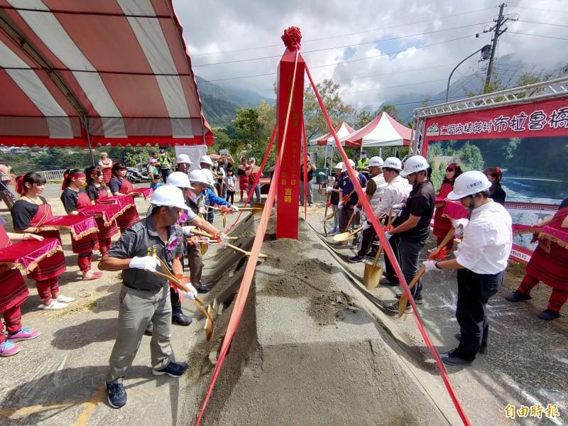 仁愛鄉精英村爭取多年的布拉魯橋舉行動土典禮。(記者佟振國攝)
