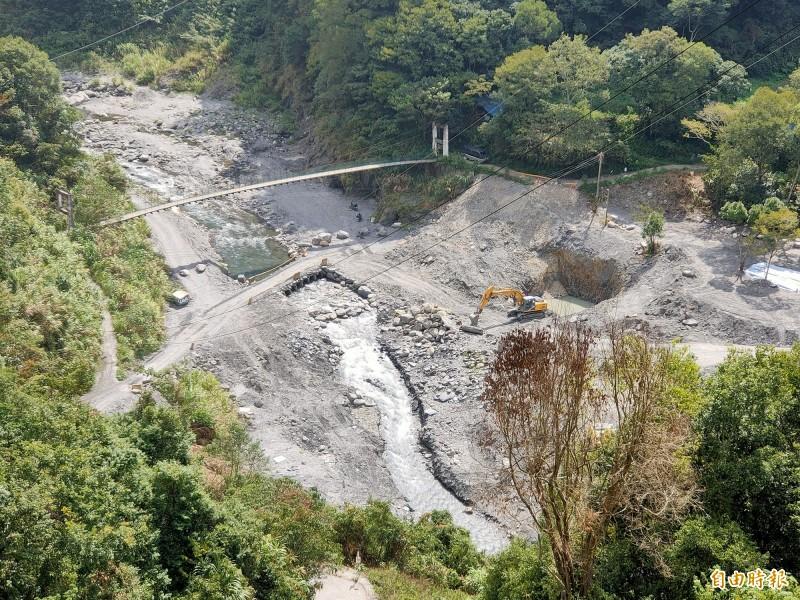 仁愛鄉精英村布拉魯橋將橫跨塔羅灣溪,目前溪床開挖進行橋墩基礎工程。(記者佟振國攝)