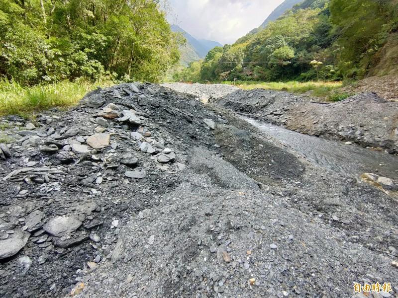 廬山部落居民發現塔羅灣溪床挖深後河道縮減,大量砂石堆置一旁,地貌大幅改觀。(記者佟振國攝)