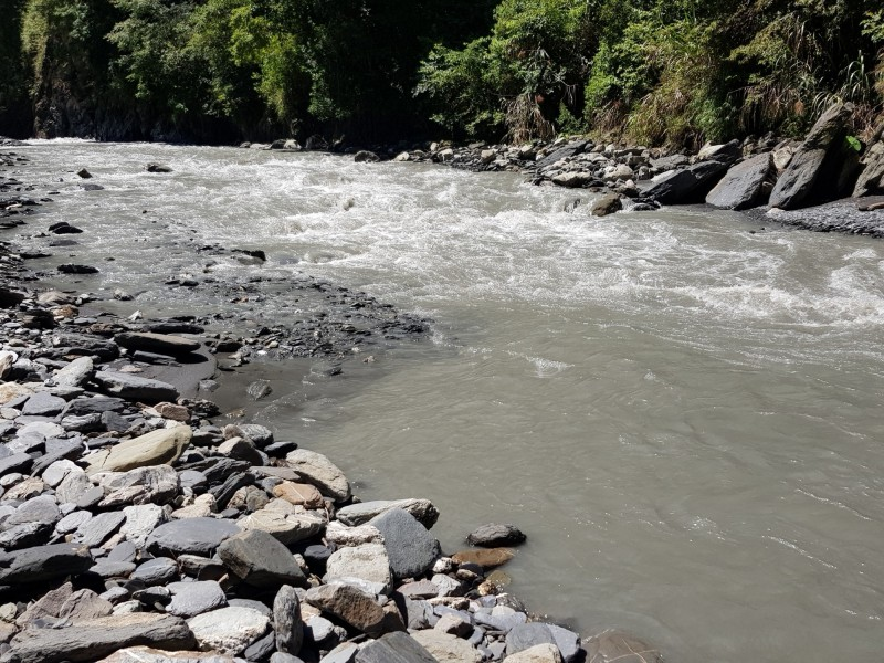 布拉魯橋工程未動工前,塔羅灣溪原本寬敞平坦的溪床。(民眾提供)