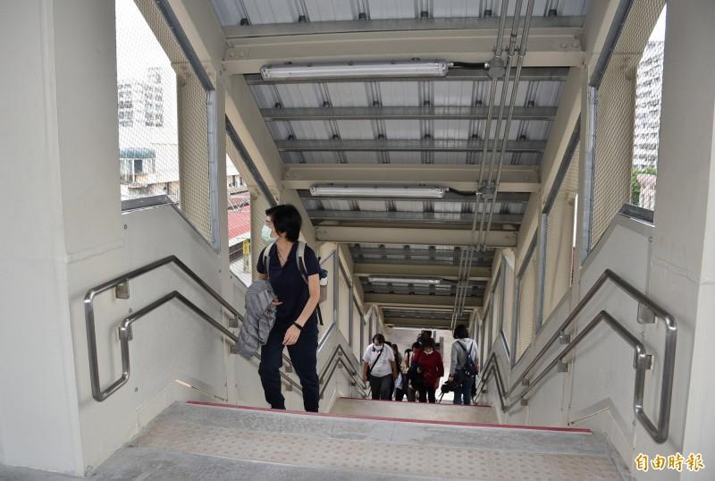 台鐵中壢車站建置的跨站天橋為兩層式,鐵道局提醒旅客上下階梯務必手握扶手、緩步行走,注意安全。(記者李容萍攝)