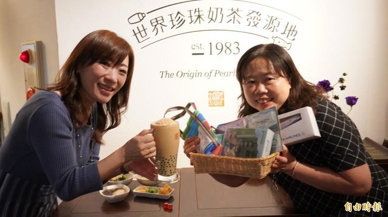 觀光局東京辦事處所長鄭憶萍(右)與日本春水堂負責人木川瑞季(左)首次合作舉辦「台灣市集」,以珍奶等台灣美食宣傳台灣觀光。(記者林翠儀攝)