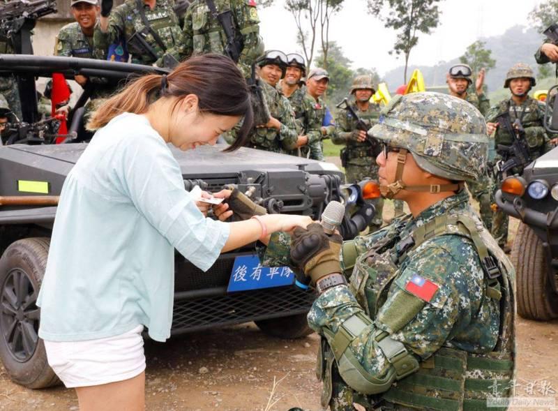 下士李致良突然拿出準備好的提款卡,向受邀到場的女友劉亭宜下跪求婚。(圖取自青年日報臉書)