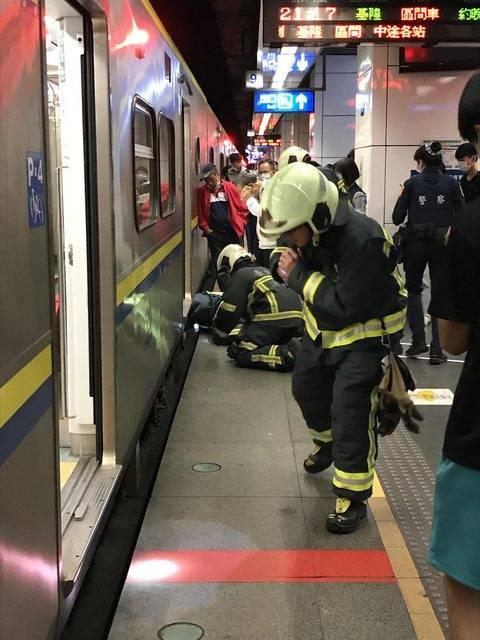 台鐵松山車站今晚發生死傷事故,北上、南下列車均延誤。(圖取自PTT)