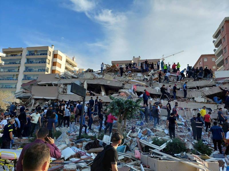 土耳其伊茲密爾市災情慘重,已有20多棟建築倒榻。(路透)