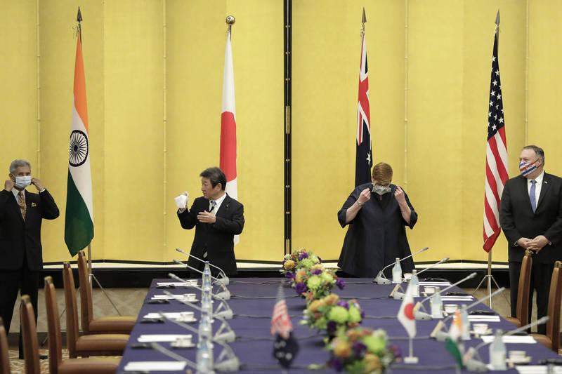 日本學者29日向日本外務省提出建議,呼籲舉行日美印澳度等4國峰會(首腦會議),圖為美日印澳四國外交部長本月初在日本舉行「四方安全對話」。(彭博)