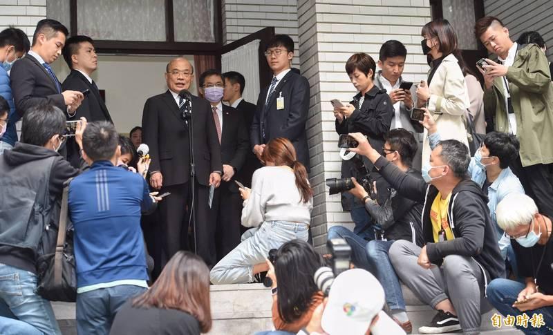 行政院長蘇貞昌在議場外接受媒體聯訪批評,突然這樣鬧覺得很無厘頭,國民黨立委領高薪卻不做事,還妨礙他黨立委職權,對不起人民。(記者劉信德攝)