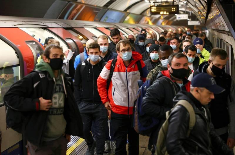 英國疫情嚴峻,地方政府雇用便衣執法者,調查民眾是否遵守防疫規定。(路透)