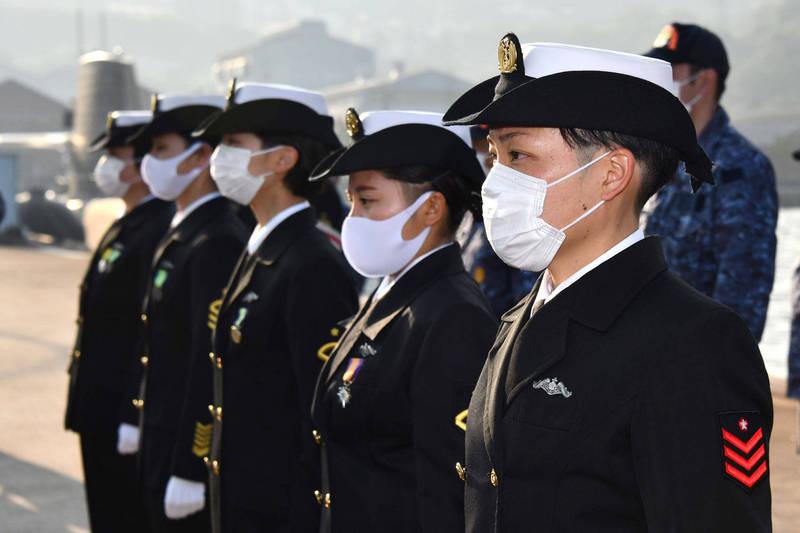 一直都只有男性船員的日本海上自衛隊潛艦終於在29日迎來女性船員,圖為即將登艦的5名女性隊員。(擷取自海自吳地方總監部推特)