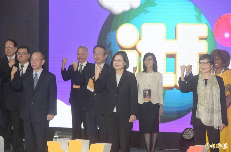 蔡英文總統今日在政務委員張景森、台灣觀光協會會長葉菊蘭等陪同下,出席台北國際旅展開幕典禮,一同為觀光人打氣。(記者張嘉明攝)