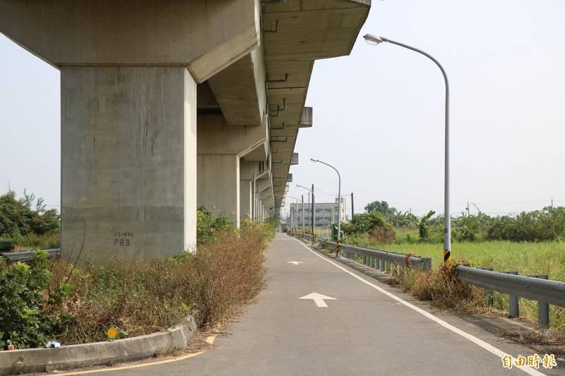 台鐵橋下位處偏僻。(記者萬于甄攝)