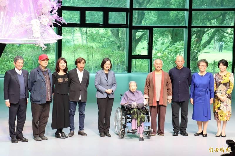總統蔡英文(中)為7位國家文藝獎得主頒獎。(記者翁聿煌攝)