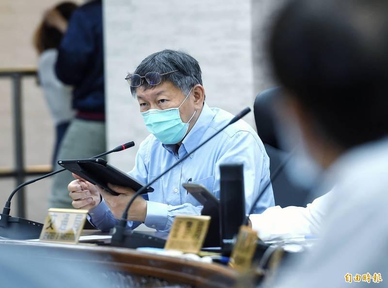 台北市長柯文哲30日出席市府「交通會報」,聽取簡報並做裁示。(記者方賓照攝)
