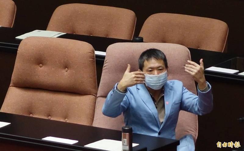 林為洲提出赴美查廠等3點訴求,要行政院具體回應、承諾,就不會再擋,並強調是「擋萊豬不是擋院長」。(記者劉信德攝)