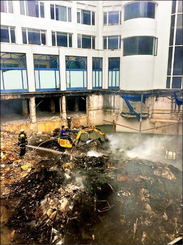 因為經營不善多次法拍的屏東車城海口泊逸飯店,昨午突然冒出濃煙,消防隊據報到場撲滅,發現竟是飯店中間空地燃燒廢棄物,正進行火災原因調查,環保局強調,將在了解後開罰。泊逸飯店2年前歇業遭法拍後,內部設施及電路都遭破壞嚴重,5月間法拍後內部正進行整修,沒想到發生火警,附近居民及路過駕駛人都以為建築物發生大火,連忙通報警消救援。 (圖:記者蔡宗憲翻攝,文:記者蔡宗憲)