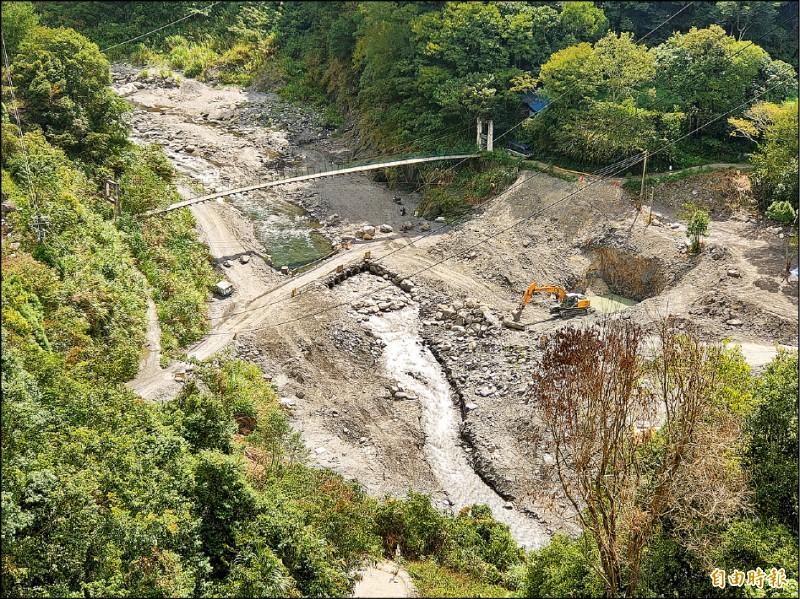 南投縣仁愛鄉精英村布拉魯橋的橋墩基礎工程已經動工,塔羅灣溪溪床進行開挖。(記者佟振國攝)