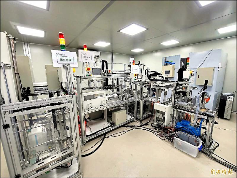 苗栗農改場與台大生物機電系合作,開發全國首創的智慧化生產技術,完成昆蟲量產模組。 (記者彭健禮攝)