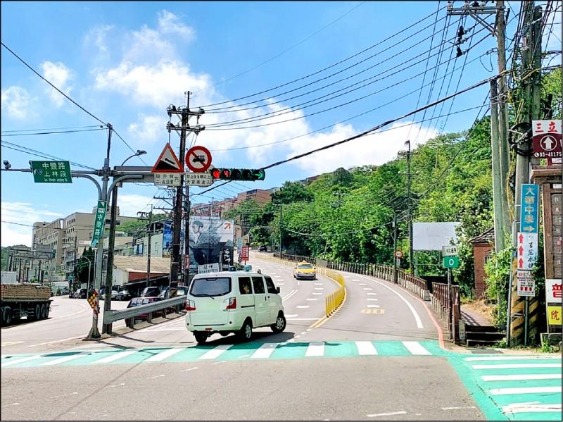 龍潭區中原路一段、中豐路上林段為Y字路口,常有駕駛不諳路況逆向行駛。(記者許倬勛翻攝)