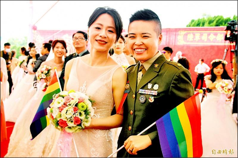 獲網友票選「最佳新人獎」的少校王翊(右)與愛侶孟酉玫。(記者許倬勛攝)