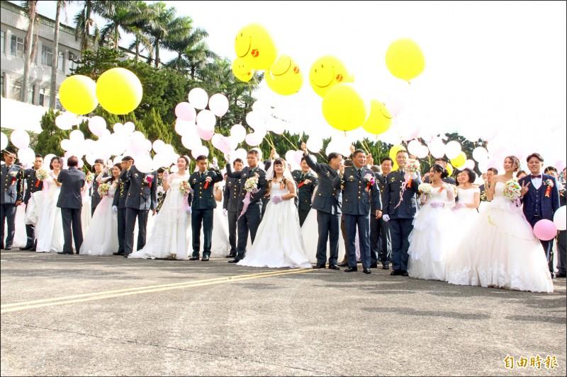 陸軍聯合婚禮昨舉行,新人們手持氣球一同施放。(記者許倬勛攝)