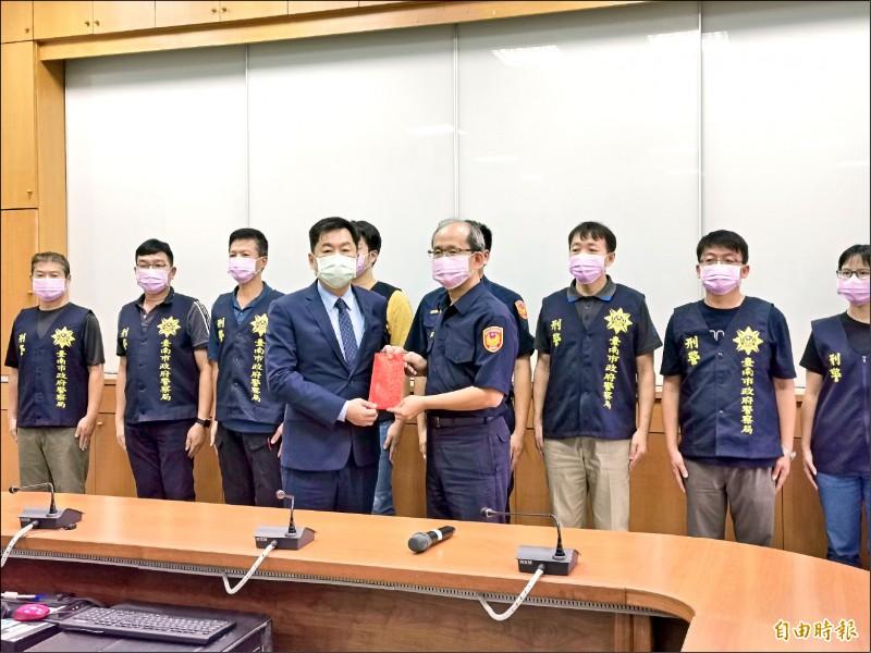 內政部次長陳宗彥(前排左)慰勉偵破命案的警方專案人員。(記者吳俊鋒攝)