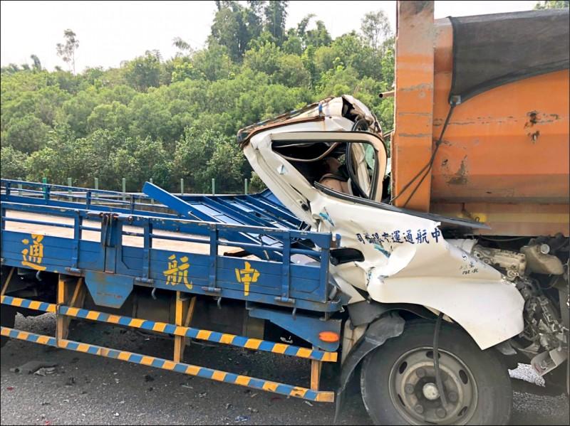 大貨車高速衝撞前方砂石車,車頭嚴重毀損,詹姓父子當場死亡。(記者許麗娟翻攝)