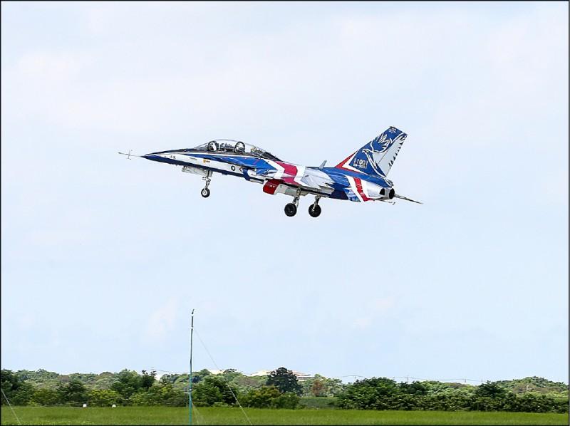 空軍參謀長黃志偉中將昨透露,第二架勇鷹高教機將在下個月出廠試飛。圖為首架勇鷹高教機。(中央社資料照)