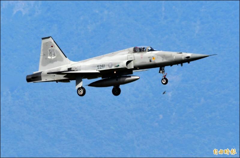 空軍F-5E戰機前天在台東外海失事,空軍參謀長黃志偉昨指出,將會找出失事原因,避免憾事再發生。圖為失事墜毀的編號5261 F-5E單座戰機降落畫面。(記者游太郎攝)