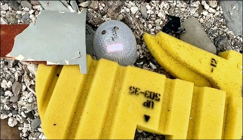 軍方人員昨天在加路蘭北方海岸搜尋到部分機體殘骸,還有疑似飛行頭盔,上頭有「朱冠甍」字樣貼紙。(記者黃明堂翻攝)