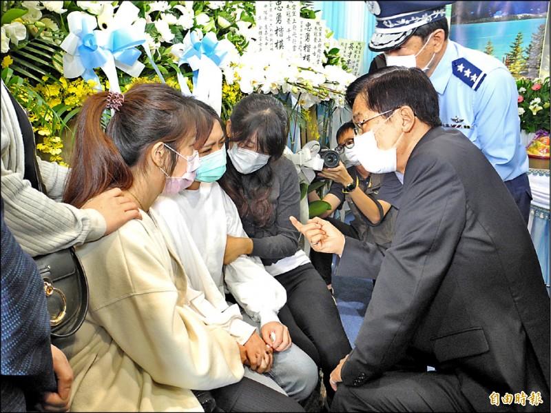 國防部長嚴德發(右)昨天到殉職飛官朱冠甍靈前上香致意,並慰問朱冠甍的妻子(左二)。(記者黃明堂攝)