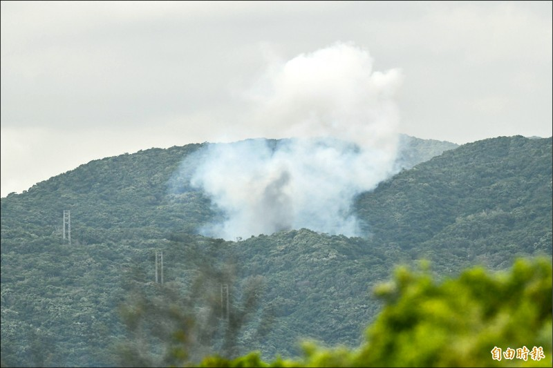 中科院九鵬基地昨未依表定試射「無限高」飛彈,但基地山區出現兩次異常白煙。(記者蔡宗憲攝)