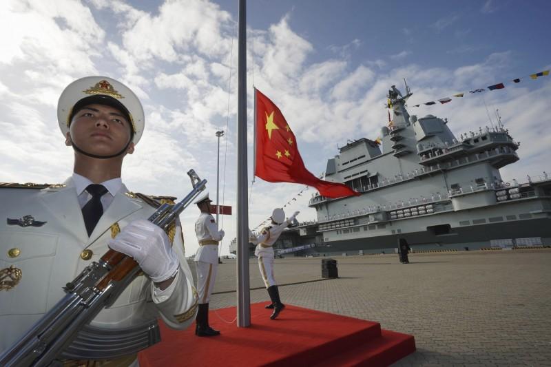 中國首艘自製航空母艦「山東號」2019年12月在海南三亞舉行成軍儀式。(美聯社檔案照)