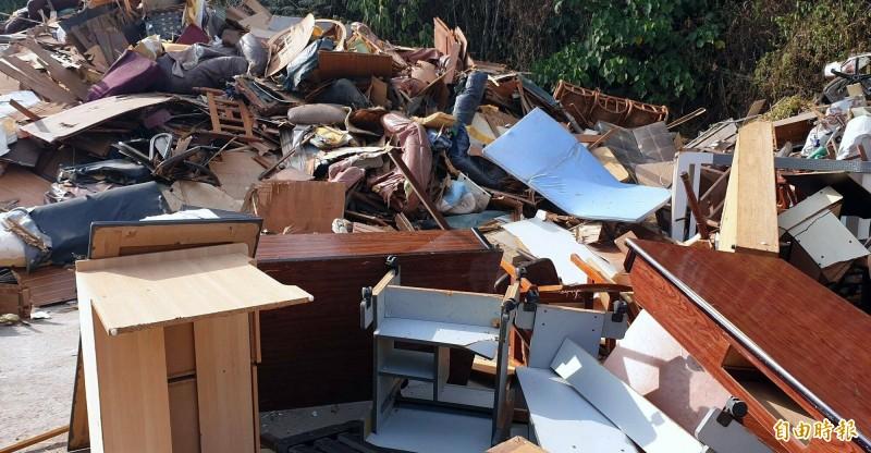 南投市公所清潔隊清運回來的傢俱堆積如山。(記者謝介裕攝)