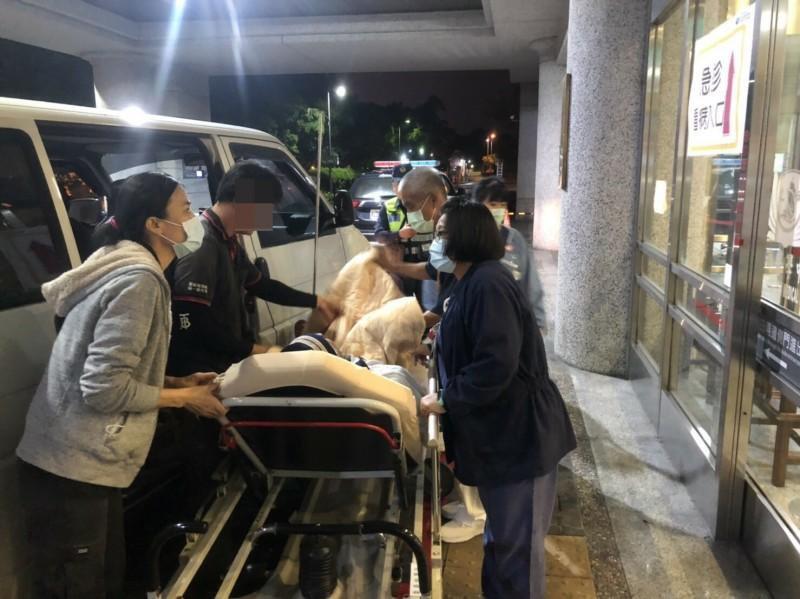 花蓮縣光復鄉有名老翁從光復由家人送往花蓮市區就醫途中突然陷入昏迷,吉安警方協助警車開道緊急送往醫院。(吉安警分局提供)