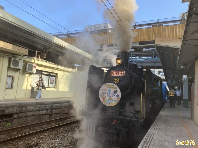 國寶級CK124蒸汽火車從彰化火車站出發,不斷冒出白煙,伴隨著嘟嘟聲,非常復古。(記者張聰秋攝)